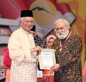 رئيس الوزارء الماليزي/نجيب عبدالرزاق يكرم البروفسور محمد العطاس