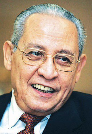 السيد علي بن عبدالله بن سالم العطاس( وزير خارجية اندونيسيا السابق)، كما شغل منصب  السفير / الممثل الدائم لإندونيسيا لدى الأمم المتحدة في نيويورك، ورُشح  لمنصب امين عام الأمم المتحدة.