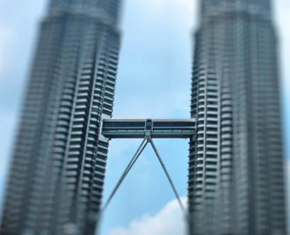صورة لللجسر المعلق الذي يربط بين برجا بتروناس التوأم، يظهر كبوابة ترمز للدخول إلى ماليزيا 2020