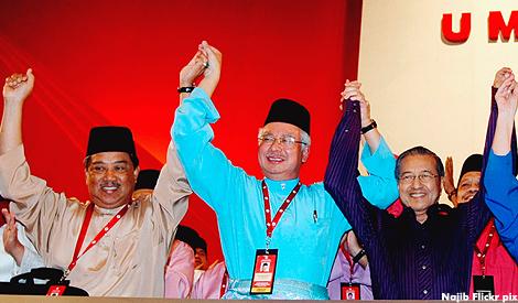 رئيس أمنوا  الحالي نجيب عبدالرزاق في الوسط.