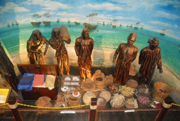 صورة من المتحف البحري (muzium samudera) بلغة الملايوا، يجسد جانب من اسواق سلطنة ملاكا في عصرها الذهبي. حيث يقف باعة الحبوب والفاكهة وغيرها من السلع في مدينة ملاكا.