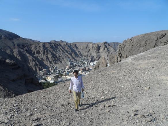على هضبة شمسان من جهة وادي الطويلة حيث تقع الصهاريج الشهيرة المعروفة بصهاريج الطويلة.