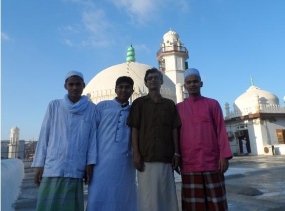 على سطح مسجد العيدروس مع طلاب من ماليزيا يدرسون في رباط العيدروس.