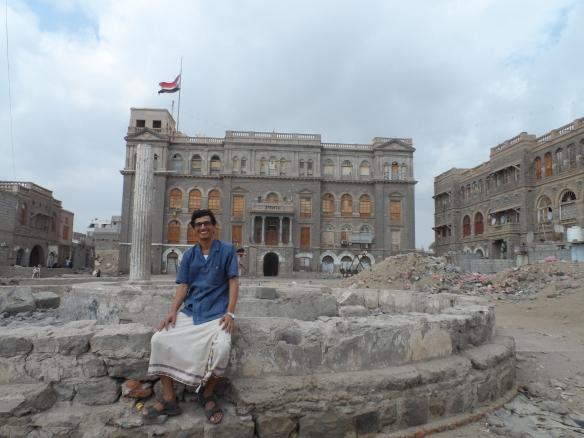 أمام قصر السلطان العبدلي في الحوطة.