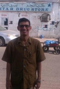أمام صيدلية النجم أول صيدلية في عدن والجزيرة العربية، في سوق البز في مدينة عدن.