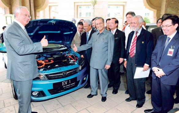 رئيس الوزراء الماليزي الحالي محمد نجسيب عبدالرزاق (يسار) ورئيس الوزراء الماليزي الاسبق محاضير محمد وعدد من مسؤولي مصنع السيارات الماليزية (يمين) أمام أحد السيارات الوطنية الماليزية.