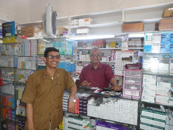 """مع السيد نوشير تانجري مالك أول صيدلية في عدن والجزيرة العربية """"صيدلية النجم""""، ووآخر رجل من الجالية الزرادشتية في عدن."""
