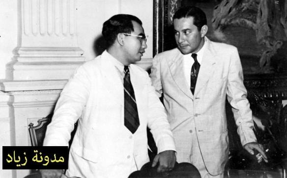 السلطان عبدالحميد الثاني (يمين) يتحدث غلى ايد اناك اقونق-ثالث رئيس وزراء لإندونيسيا الشرقية (يسار).