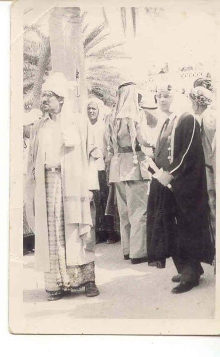 السلطان حسين بن علي الكثيري ووجهاء السلطنة وبينهم صالح الحامد في سيؤون عام 1966م. وهم ينظرون الى المدفع قبل إطلاق قذيفته، وتللا ذلك الرقص الشعبي والزوامل الشعبية التي شارك فيها الحامد.