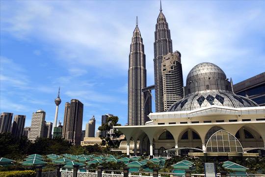 برجي بتروناس التوأم وأمامها مسجد الشاكرين وسط العاصمة الماليزية كوالالمبور