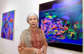 """الفنانة التشكيلية الماليزية الشريفة فاطمة بنت السيد الزبير في معرضها الفني """"بستان القلب"""""""